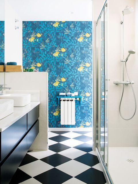 Un baño pequeño decorado con papel pintado | Baños ...