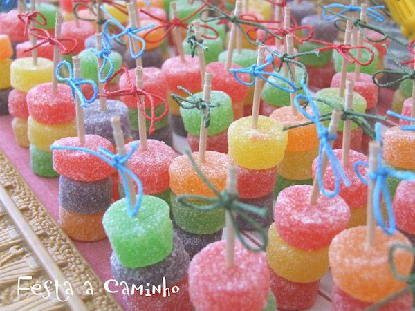 18ad17424 Os mostramos una selección de recetas divertidas para fiestas infantiles:  diferentes brochetas de chuches para sorprender a los niños.