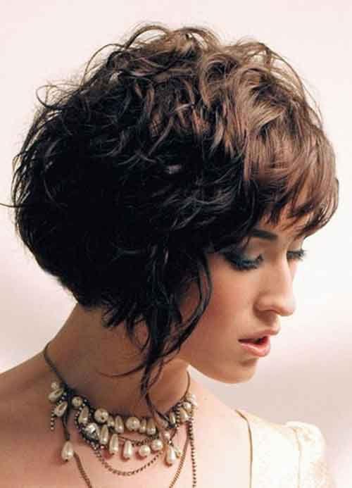 Tagli capelli corti ricci con frangia