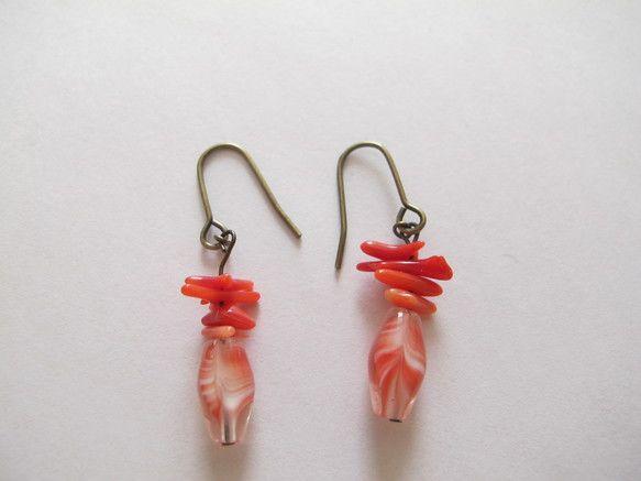 真っ赤な珊瑚とチェコのビーズが、耳元に秋を連れて来る。赤色の淑女は、すっきりと、清々しく、赤を纏う。長さ約3センチ素材赤色珊瑚チェコのガラスビーズブロンズメッ...|ハンドメイド、手作り、手仕事品の通販・販売・購入ならCreema。