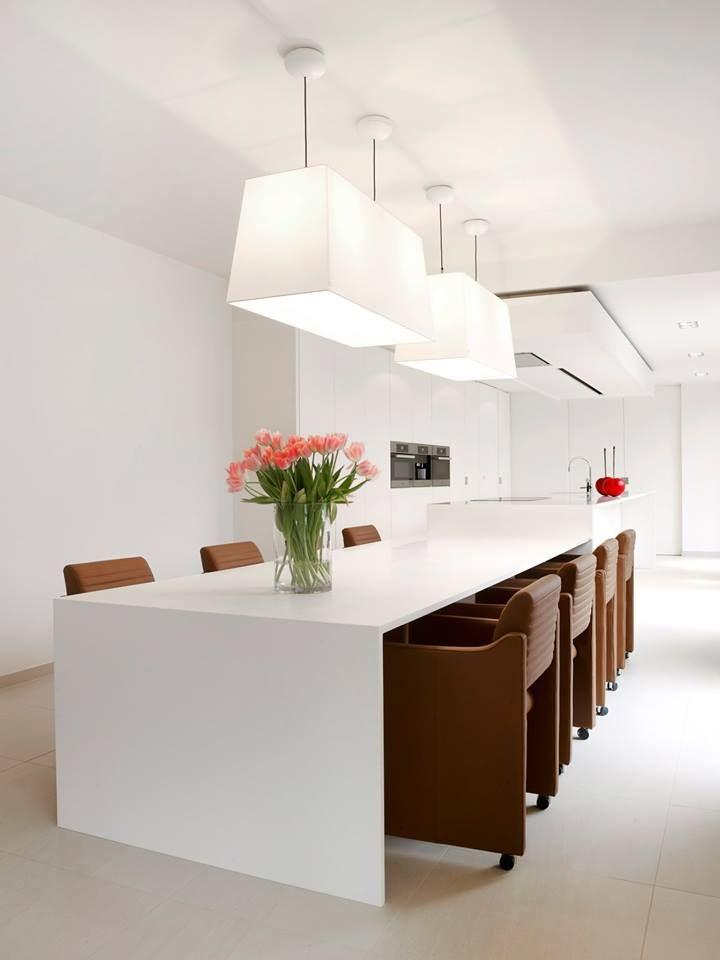 Keukeninspiratie Ruime Moderne Keuken Met Kookeiland Tafel In 1 Geheel Met Keukeneiland Witte Moderne Keuken Met Werkb Keuken Idee Keuken Moderne Keukens