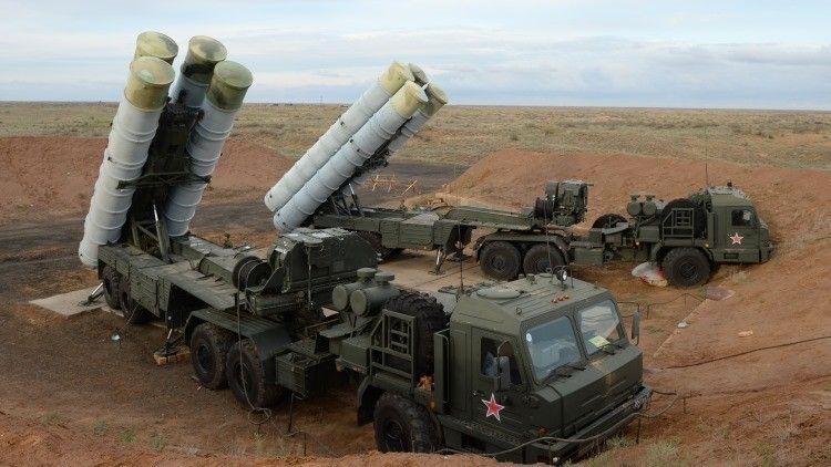 """Ante el ataque sufrido por un bombardero táctico ruso Su-24 a manos de Turquía, Rusia ha decidido desplegar en su base militar de Siria los sistemas antiaéreos """"ultra modernos"""" S-400 Triumf, que cubrirán todo el territorio del país árabe. Además, esto significa que cualquier avión de combate podrá volar en el espacio aéreo sirio solamente """"con el permiso"""" de Moscú, asegura la cadena CNN."""