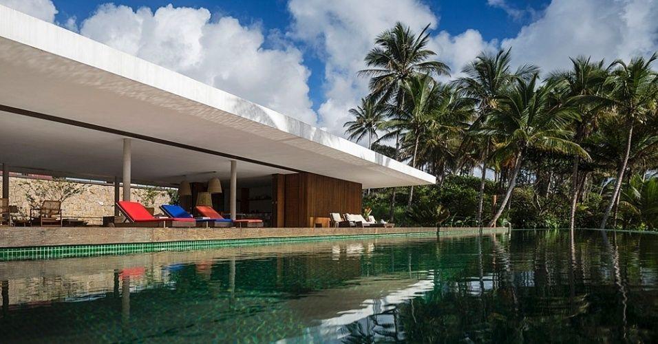 """[VENCEDOR] O Melhor da Arquitetura 2015 - categoria """"Casa de Praia"""": Casa Txai, na Bahia - Studio MK27. Em linhas modernas e modulada por vãos de 9,7 x 6,3 m, a ala social da casa é uma grande varanda. Este espaço generoso se abre para o pátio ajardinado com piscina"""