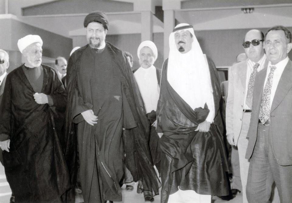 الملك عبد الله اثناء زيارة الى بعلبك في العام 1968 والى جانبه السيد موسى الصدر والشيخ حسين الخطيب Fashion Nun Dress Academic Dress