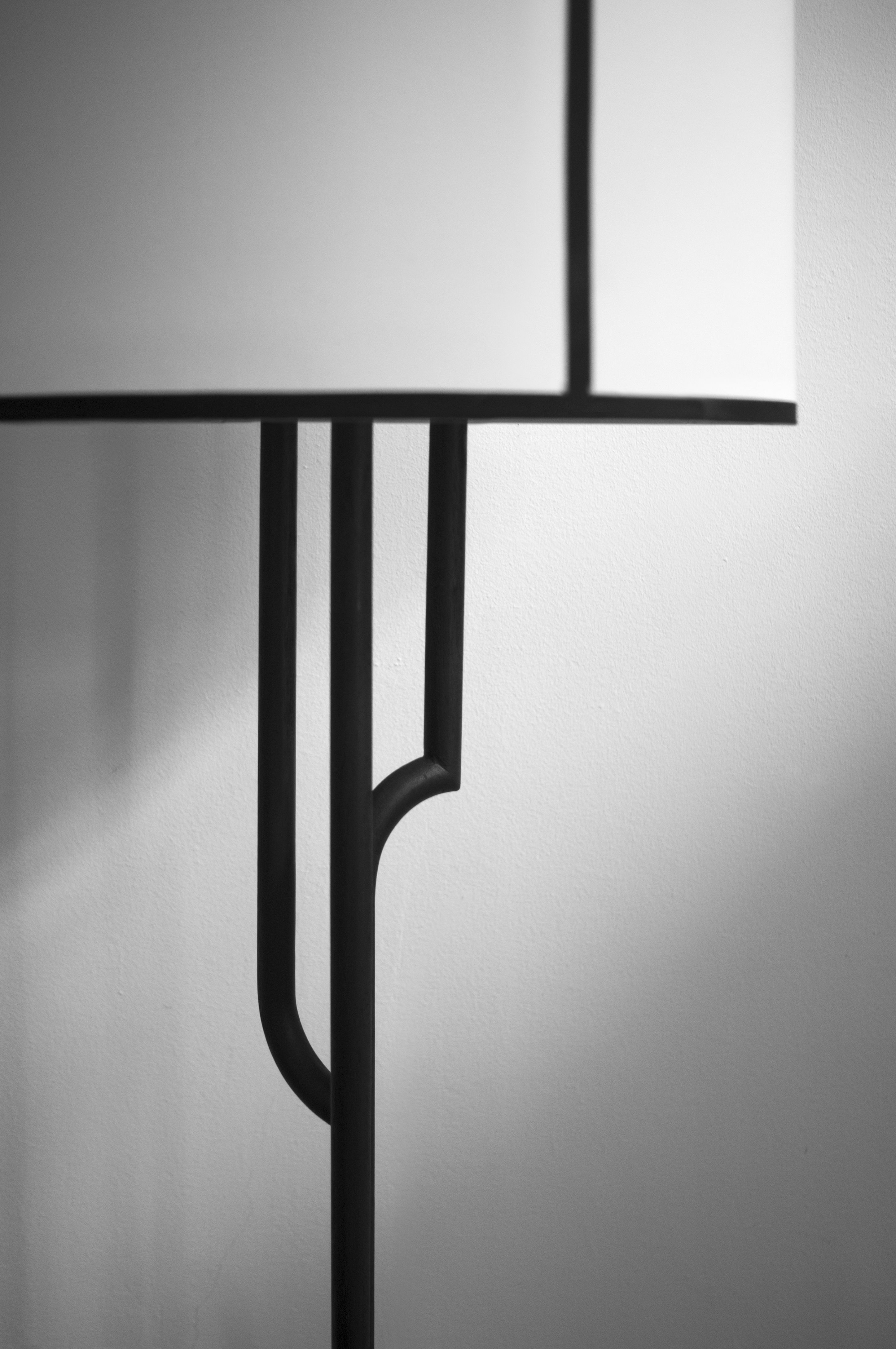 Focus on AKAR DE NISSIM's iconic Floor Lamp GATSBY. Graphic, Black and White with the great Art Deco touch. #Lighting #Gatsby