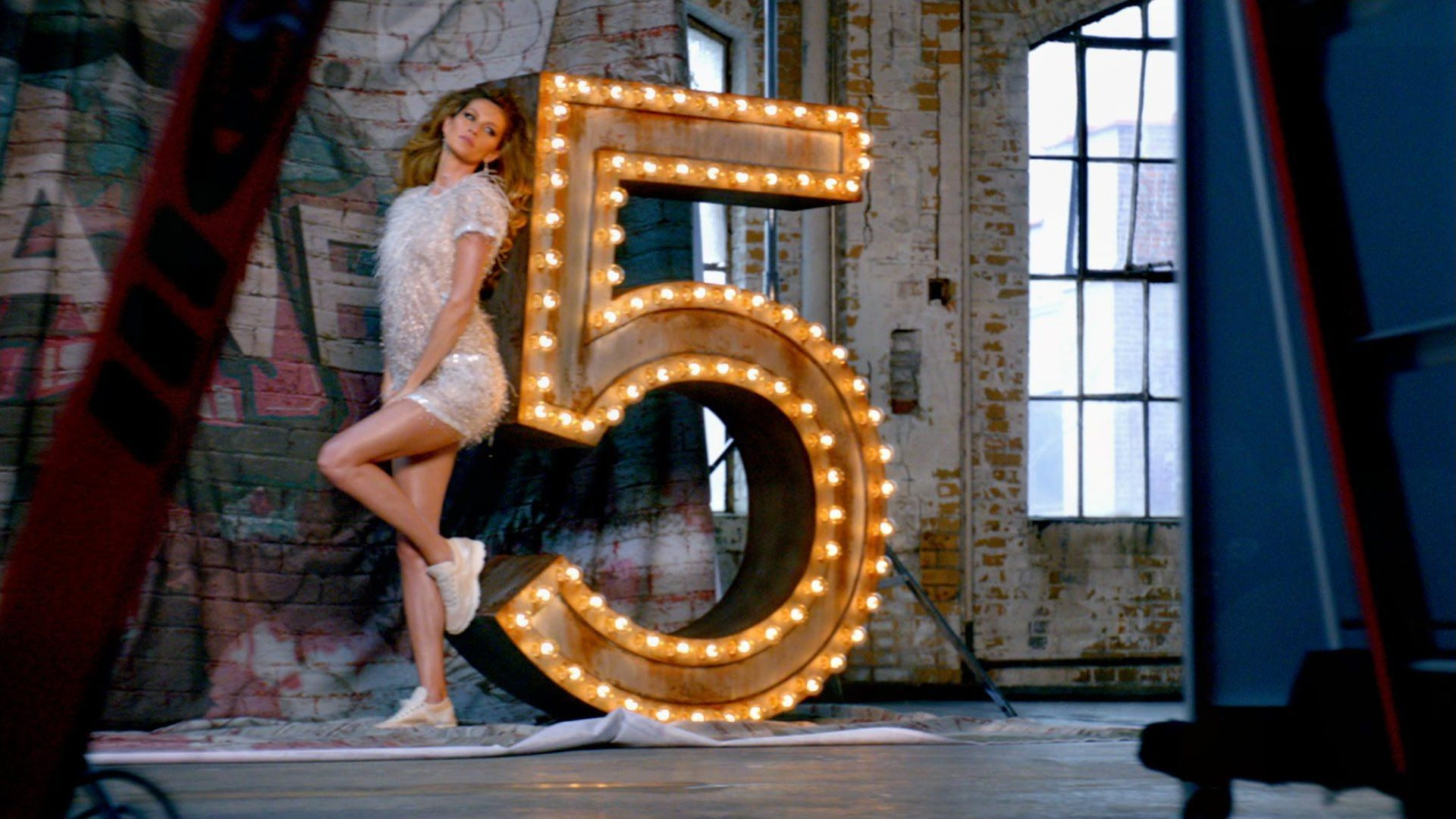 """CHANEL N°5 - The One That I Want - Directed by Baz Luhrmann - Starring: Gisele Bündchen, Michiel Huisman and Lo-Fang - Music: """"The One That I Want"""" performed by Lo-Fang"""