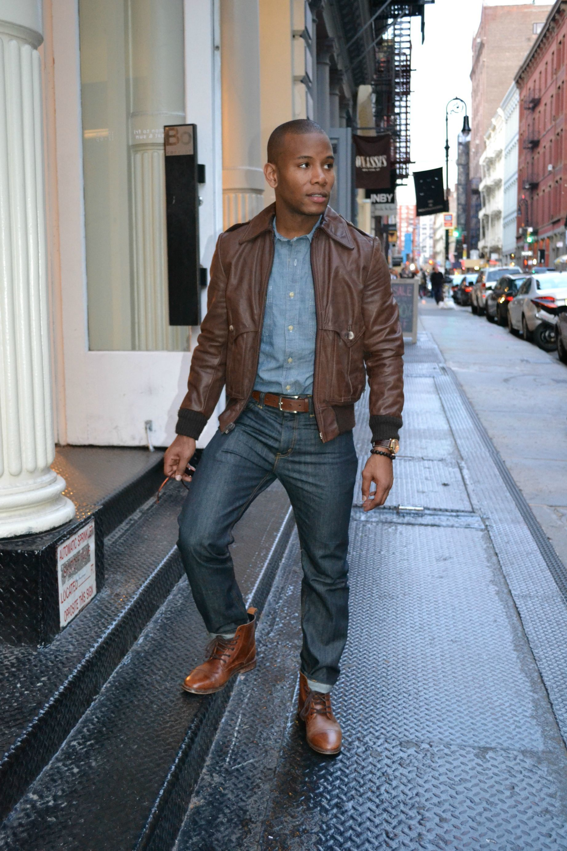 Look homme style rock. Blouson cuir marron, chemise jean