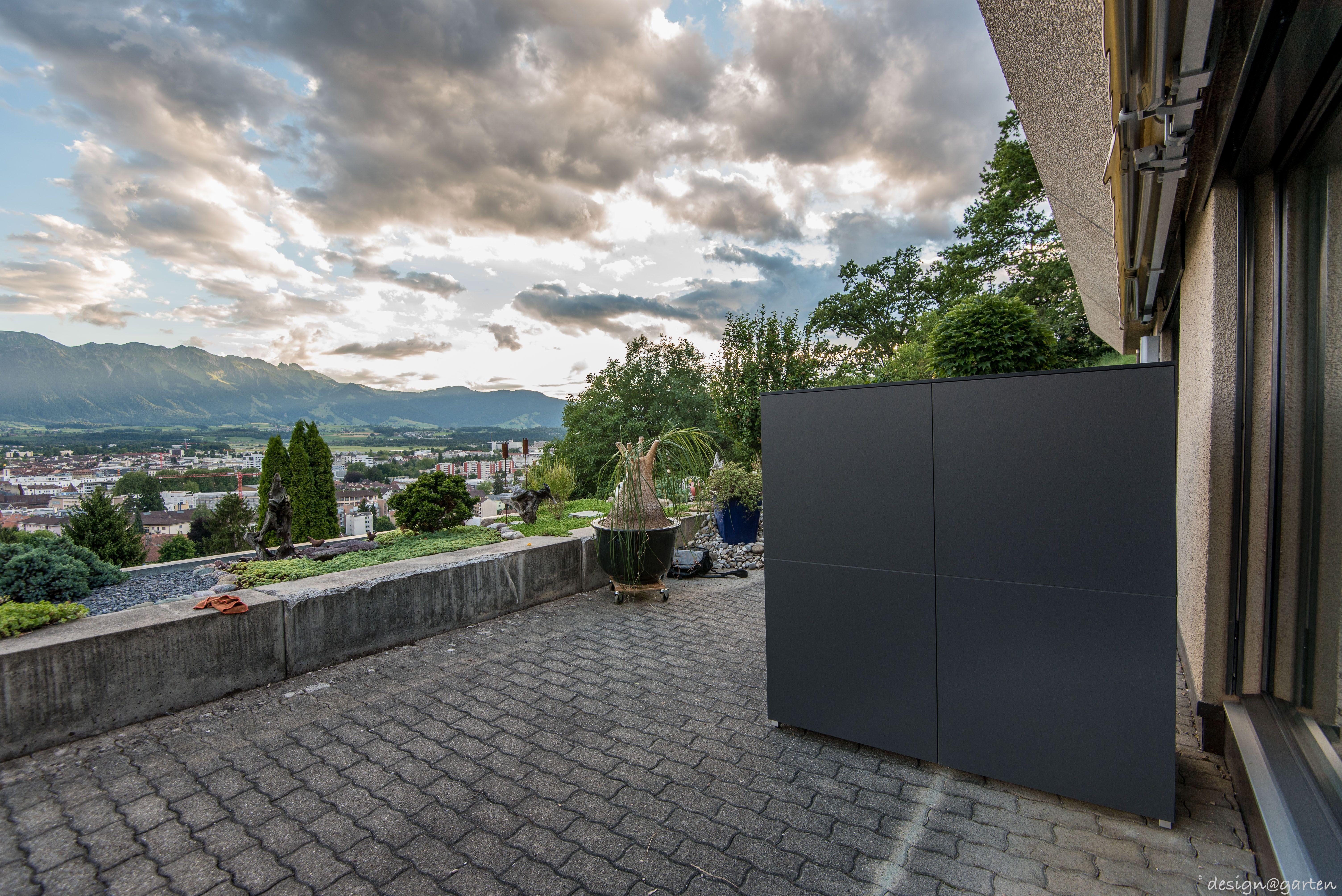 Terrassenschrank Win Nach Mass By Design Garten In Thun Schweiz Hier Als Raumteiler Farbe Anthrazit Uv Bestandig We Gartenschrank Garten Grundriss Garten
