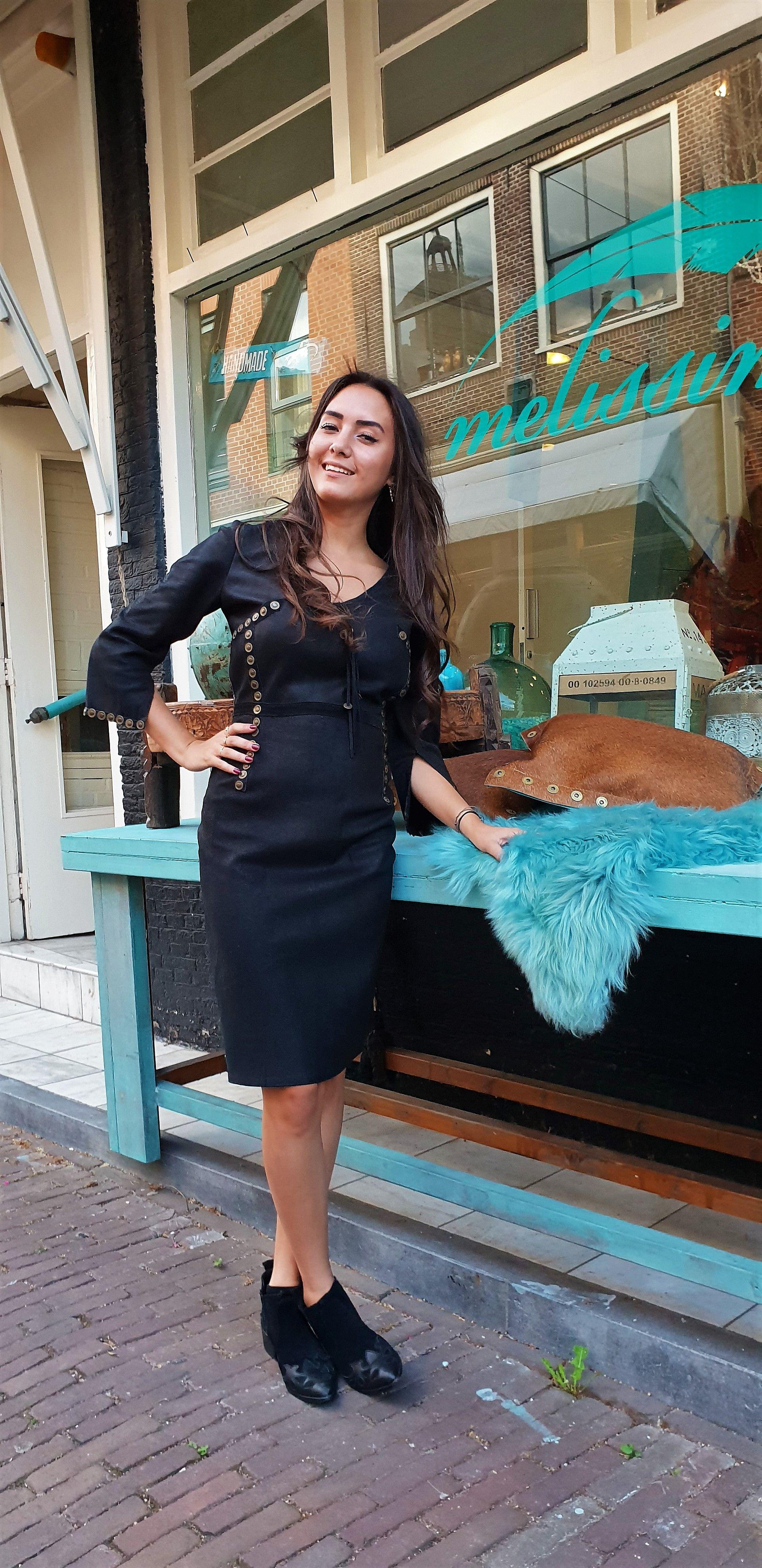 b60df9e2ee6fa5 Boho chic jurk midi zwart is handgemaakt van suèdeleer in de stijl ...