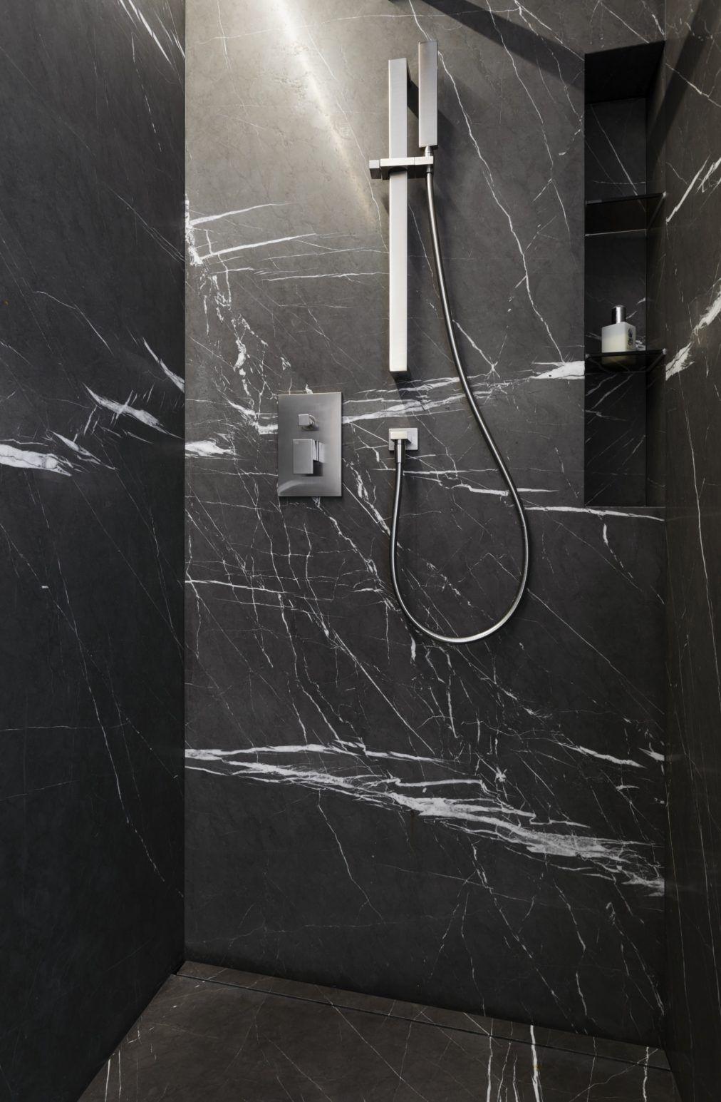 im g ste naturstein bad ist die dusche mit grossformatigen wand und bodenplatten ausgef hrt. Black Bedroom Furniture Sets. Home Design Ideas