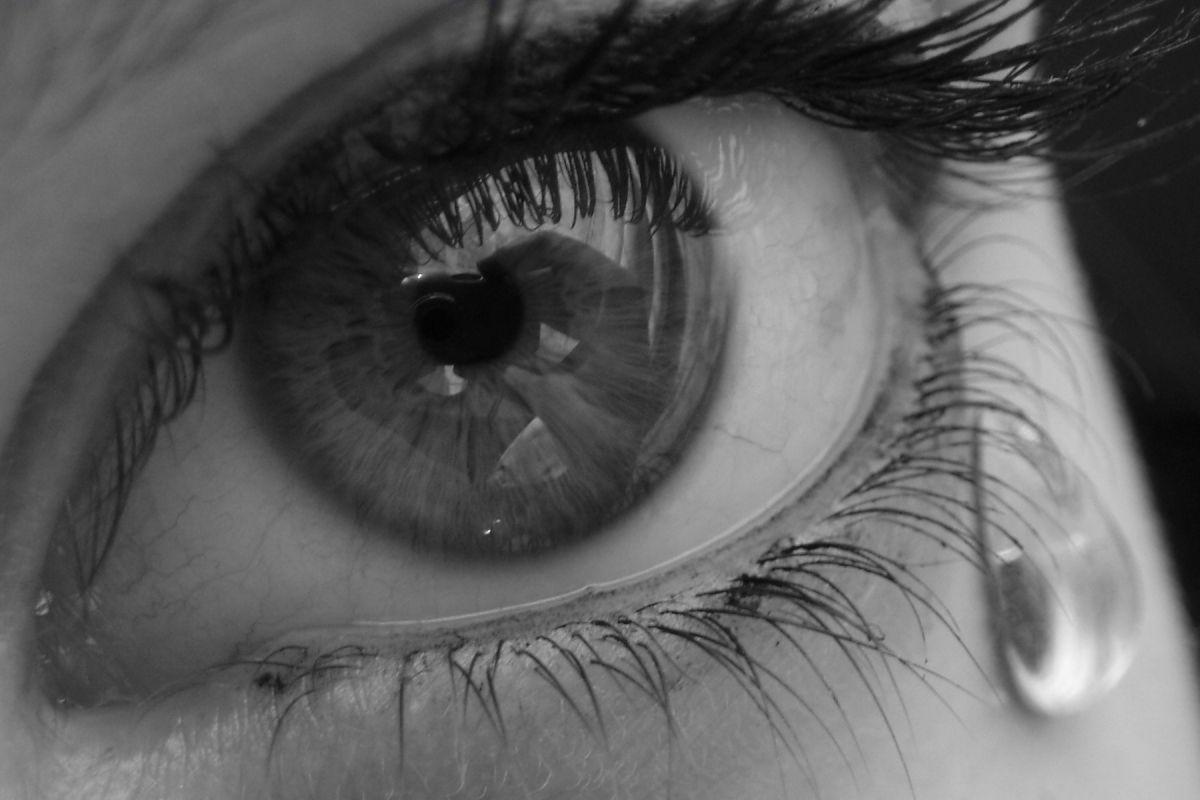 Картинки глаз слезами с надписями