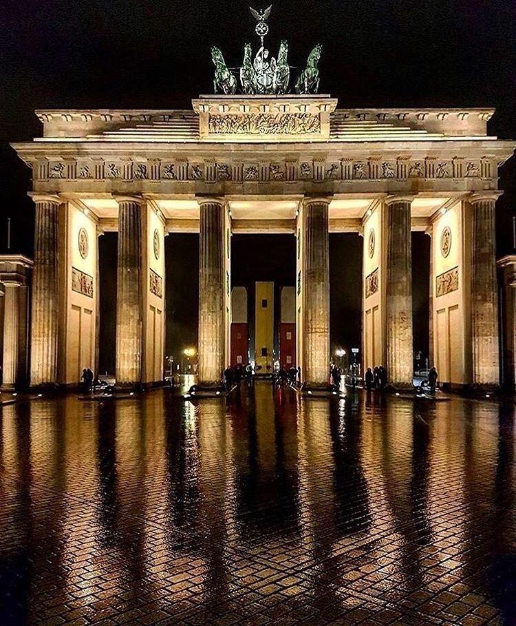 Britt Roth Auf Instagram Originalfoto Von V E R D Y Branderburgertor Brandenburggate Berlinatnight Regen Berl Berlin Photos Berlin City Berlin