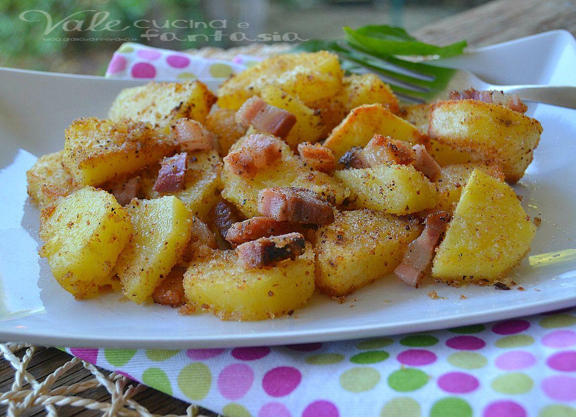 Patate al forno con pancetta e pangrattato ricetta contorno facile  Ingredienti: - 1 kg di patate - 100 grammi di pancetta - 70 grammi di pangrattato - olio extravergine di oliva - sale
