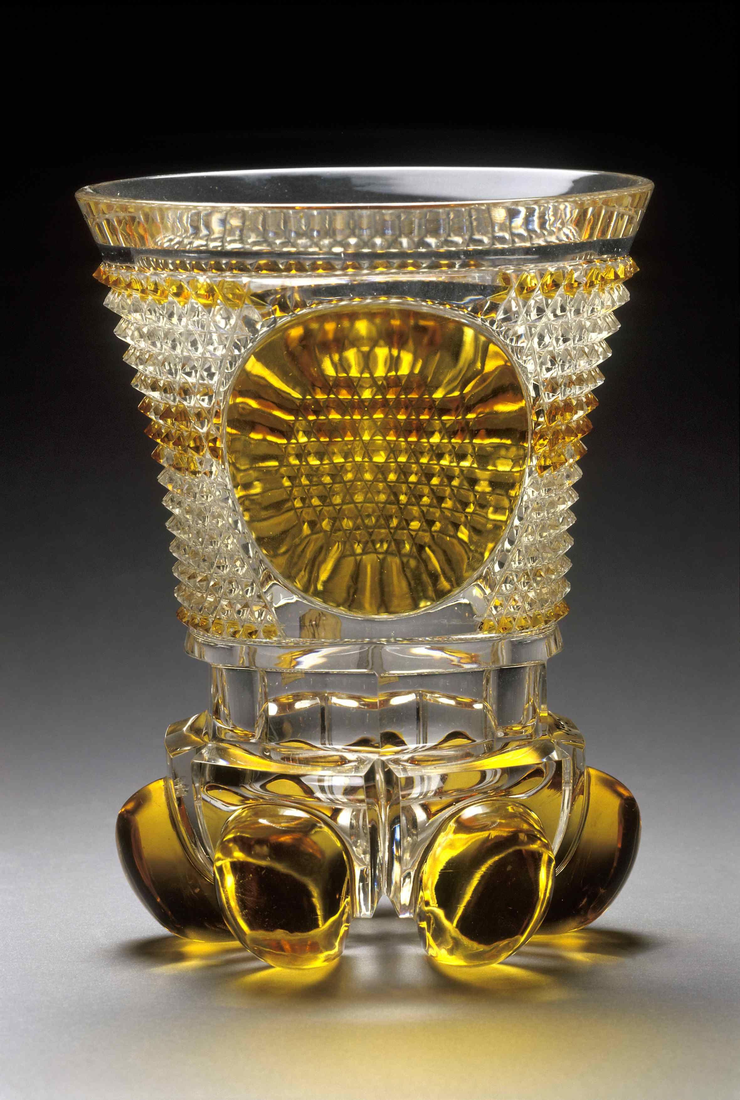Glass Harrach . Žlutě lazurovaná číška z bezbarvého křišťálového skla. Vyrobeno mezi lety 1830-1840.