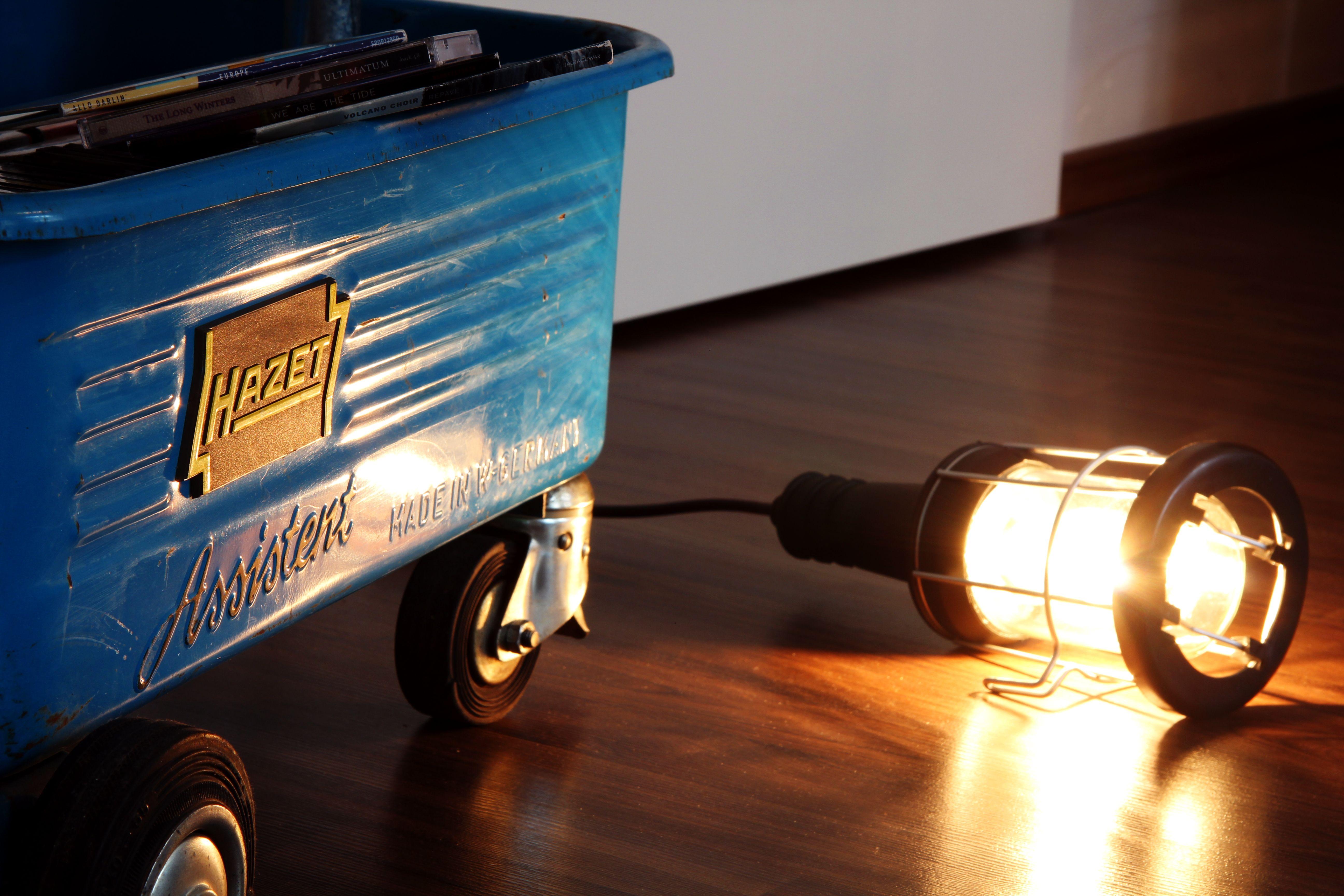 Eine Alte Werkstatt Korblampe Mit Einem Kabelschalter Ausgestattet Und Einem Kleinen Leuchtmittel Fur Dezente Beleuchtung Leuchtmittel Lampen Schalter