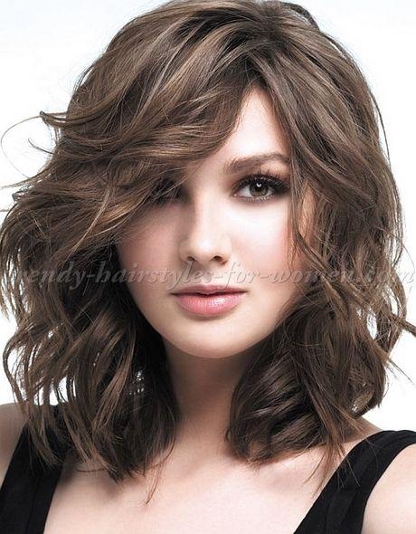 Des coiffures différentes pour une longueur moyenne