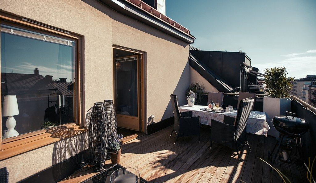 Tico peque o con terraza de madera y vistas las for Terrazas de madera modernas