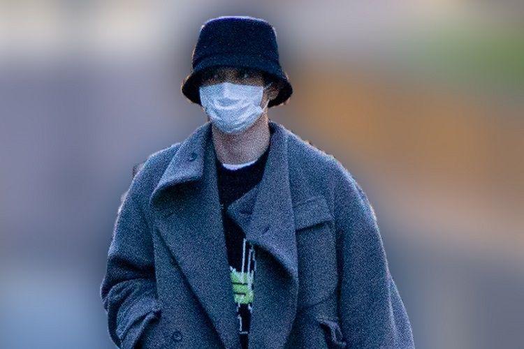 東京都に外出自粛要請が出る前の3月中旬の午後 帽子を目深にかぶってマスクという姿で現れたのは 女性ファッション誌 vivi で 国宝級イケメンランキング 1位 に選ばれた俳優 吉沢亮 2 女性ファッション誌 吉沢 俳優