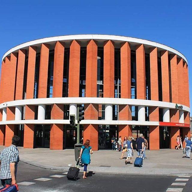 A Estação de Atocha, em Madrid, Espanha. Projeto de Rafael Moneo. #arquitetura #arte #art #artlover #design #architecturelover #instagood #instacool #instadesign #instadaily #projetocompartilhar #shareproject #davidguerra #arquiteturadavidguerra #arquiteturaedesign #instabestu #decor #architect #criative #photo #decoracion #concreto #afeto #madrid #moneo
