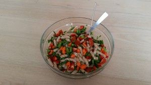 Tank kulhydratdepoterne op med denne lækre pastasalat. Server tun, rejer, skinke eller laks til for at gøre måltidet komplet.