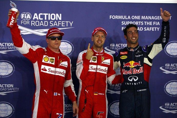 Sebastian Vettel entre Kimi Raikkonen e Daniel Ricciardo: os três primeiros do grid em Cingapura
