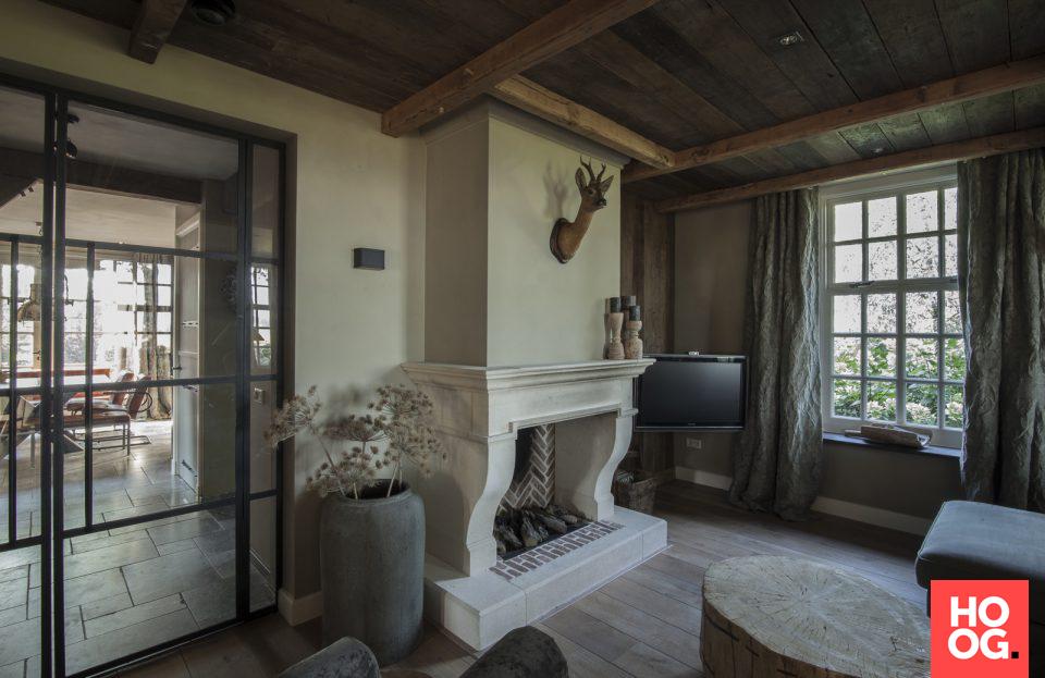 Landelijke woonkamer inrichting met open haard | Interior ...