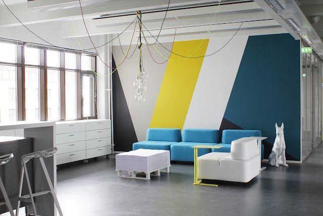 Pared con pintura de dise o geom trico en varios colores for Disenos de pintura en paredes