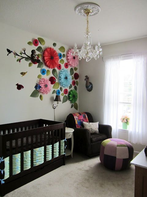 decorando paredes con flores de papel gigantes