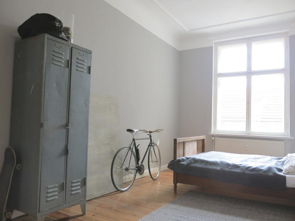 Innenausstattung wohnung  Geräumiges und schlichtes Schlafzimmer mit Metallschrank. Tolle ...