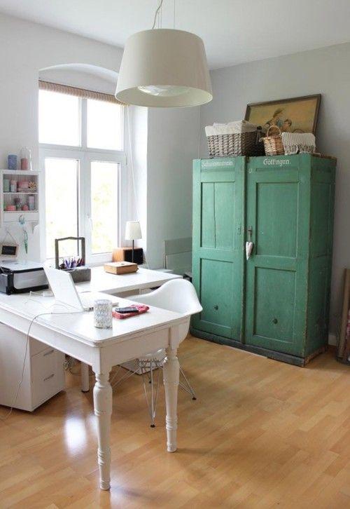 home office. adorei a cor do armário.