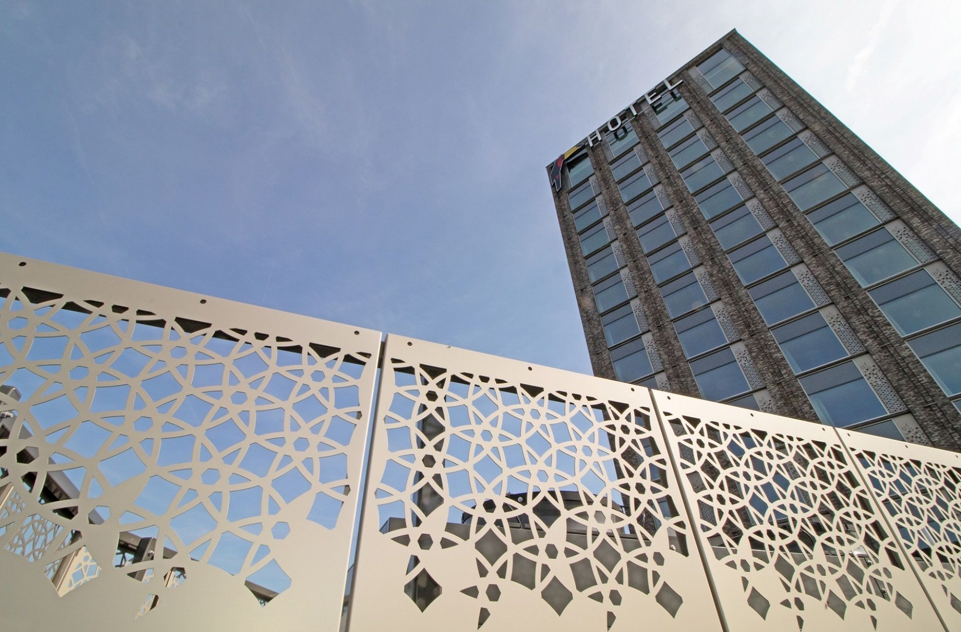 Van Der Valk Hotel Nijmegen Lent Aluminium Hekwerk Voorzien Van Patronen Gerealiseerd Met Art Punch Lasersnijden En 3d Bim Hotel Gevelbekleding Hekwerk