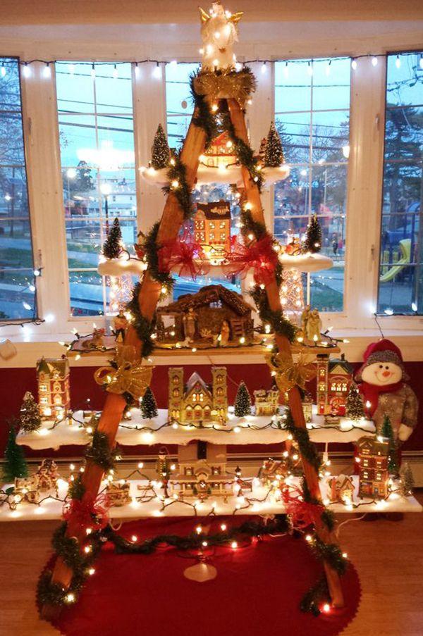 8 árvores de Natal feitas com escadas