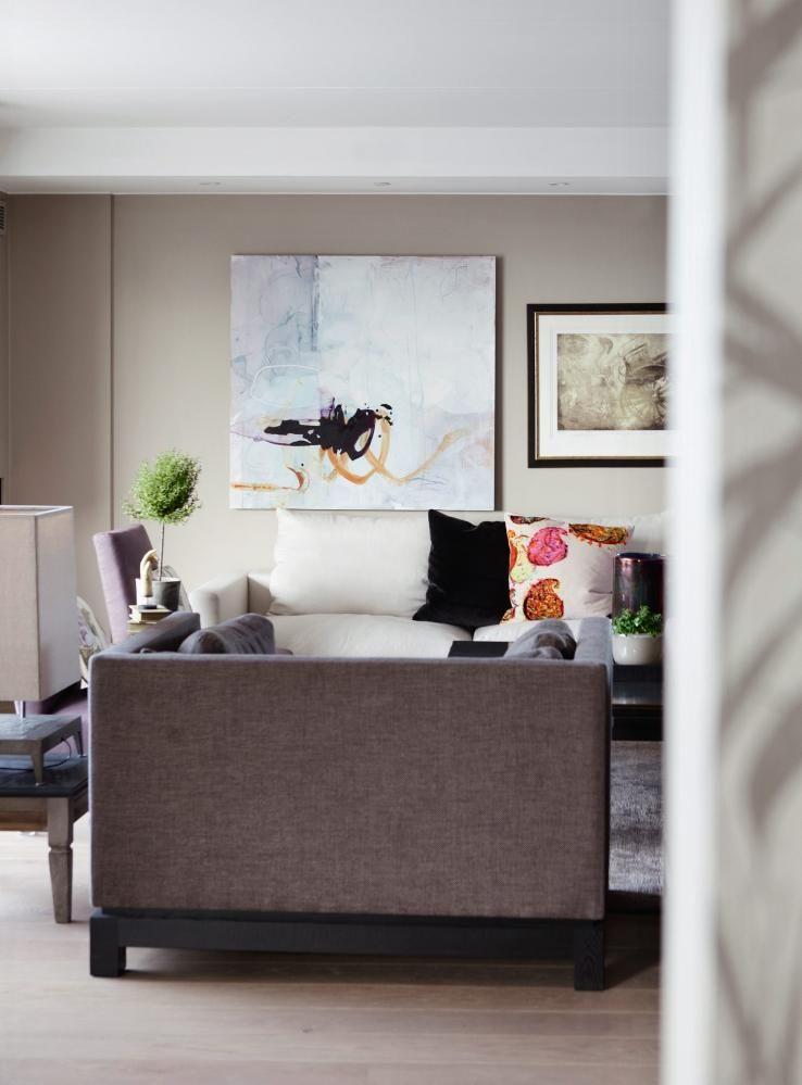 RUVENDE: Den store stuen trenger store møbler. I forgrunnen står to ...