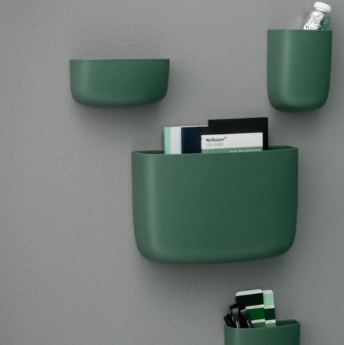 Denne dekorative veggmonterte oppbevaringløsningen er designet av Simon Legald for Normann Copenhagen. Pocket finnes i fire forskjellige størrelser og er nyttig for utallige formål – oppbevaring av blyanter, make-up, kjøkkenutstyr, planter og mye mer.Et utvalg av seks forskjellige farger gir gode muligheter for å kombinere Pocket. Hene en rad med hvite Pocket på en hvit vegg i gangen for et lys, beroligende og skandinavisk ...