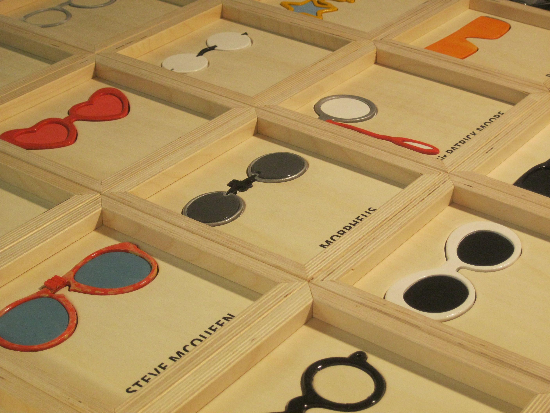 FAMOUS GLASSES: è un tributo agli occhiali di alcune celebrità. Tavole in pioppo con soggetto smaltato. Cornice in multistrato di betulla. Dimensioni cm 22,5 x 22,5