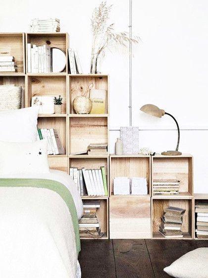 Ein Regalsystem aus Echtholz-Kisten kannst du beliebig erweitern, wenn du neue Lieblingsbücher oder Reise-Andenken ergatterst!