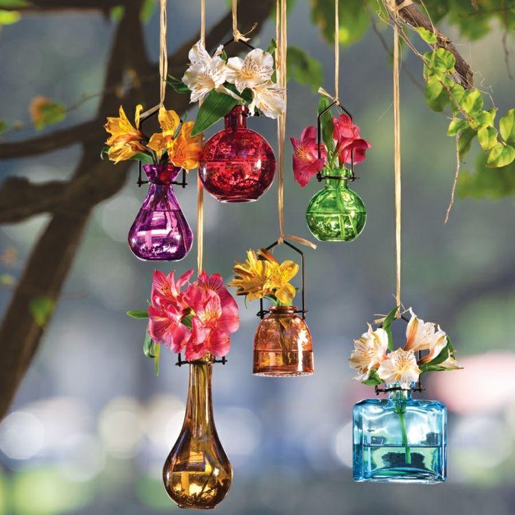 Gartenfest Deko - Bunte Vasen im Garten aufhängen | Gartenideen ...