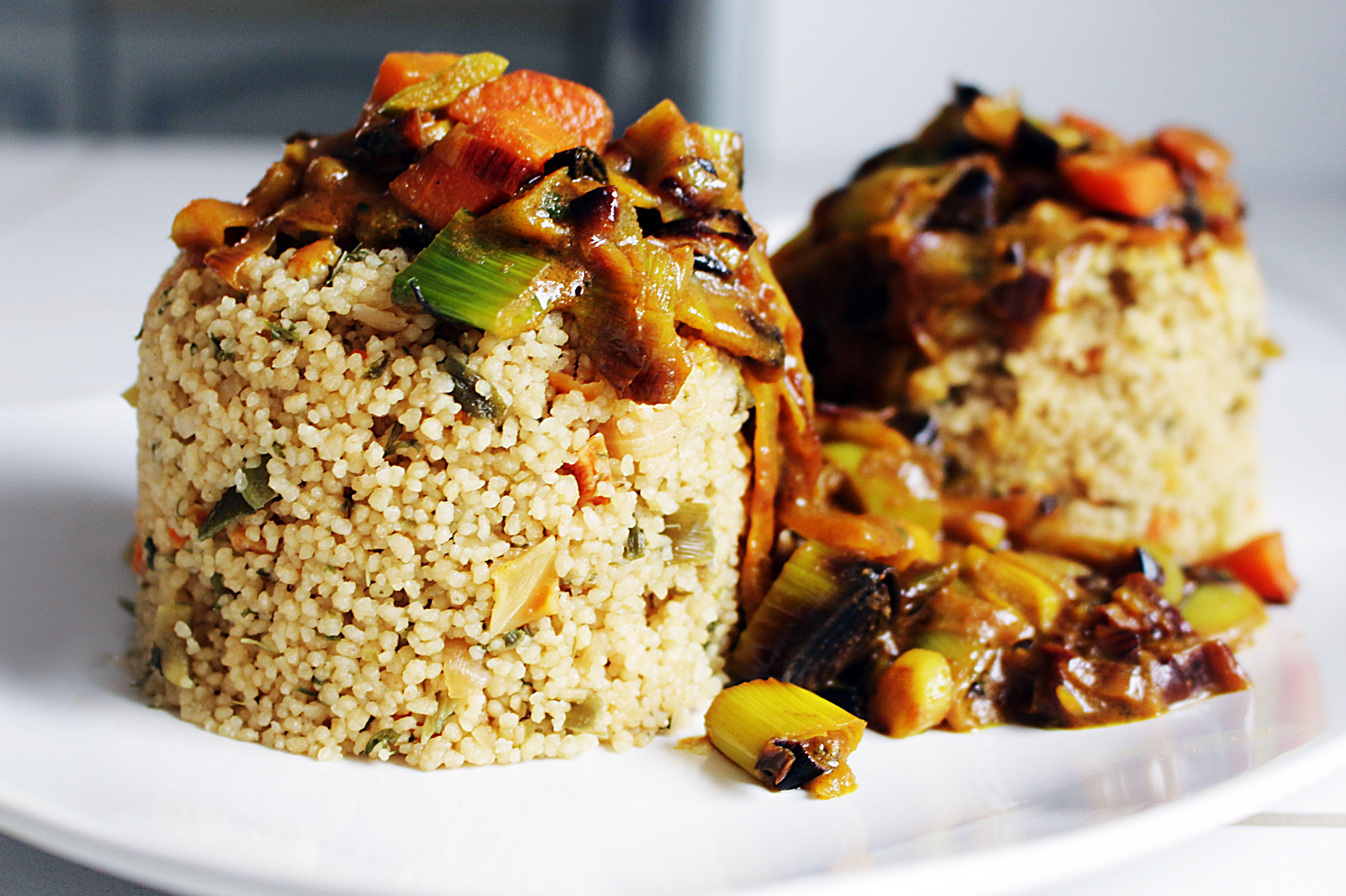 Couscous in einer deftigen Kokos-Erdnuss-Soße und gedämpftes Gemüse. (vegan)