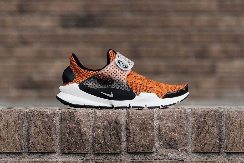 Letnia kolekcja Nike Sportwear powiększa się właśnie o nowe wydanie butów Nike Sock Dart w wydaniu SE i kolorystyce Terra Orange / Black - White.