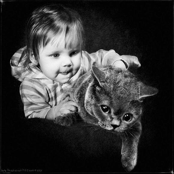 Foto: Andy Prokh. En fotos, una niña y su gato