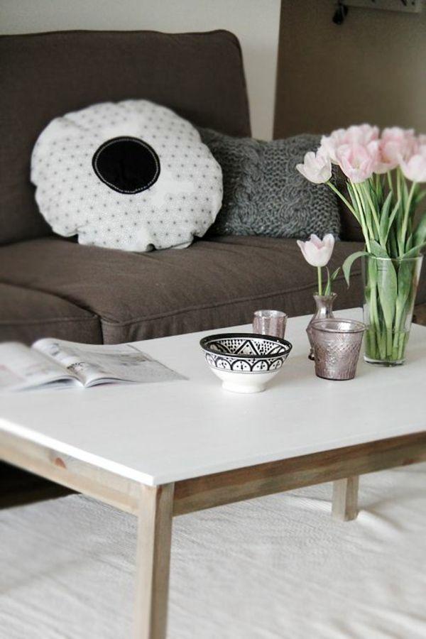 wohnzimmer gestalten möbel couchtisch holz deko ideen mit tulpen