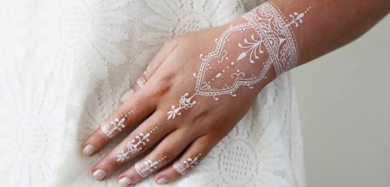 رسومات حنة بيضاء لاطلالتك في المناسبات Henna Hand Tattoo Hand Henna Hand Tattoos