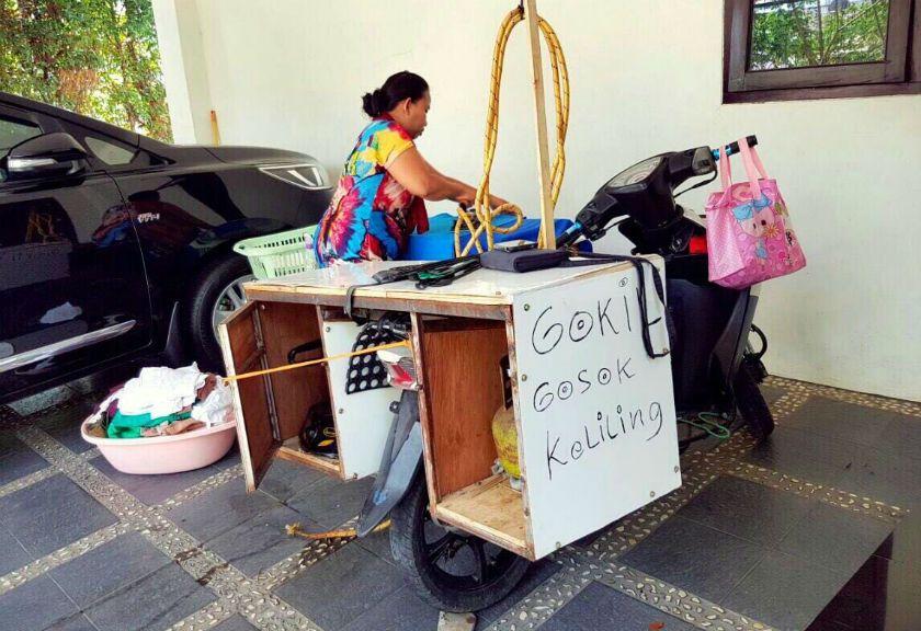 Bisnis Gokil Gosok Keliling Idola Ibu Ibu Saat Hari Lebaran