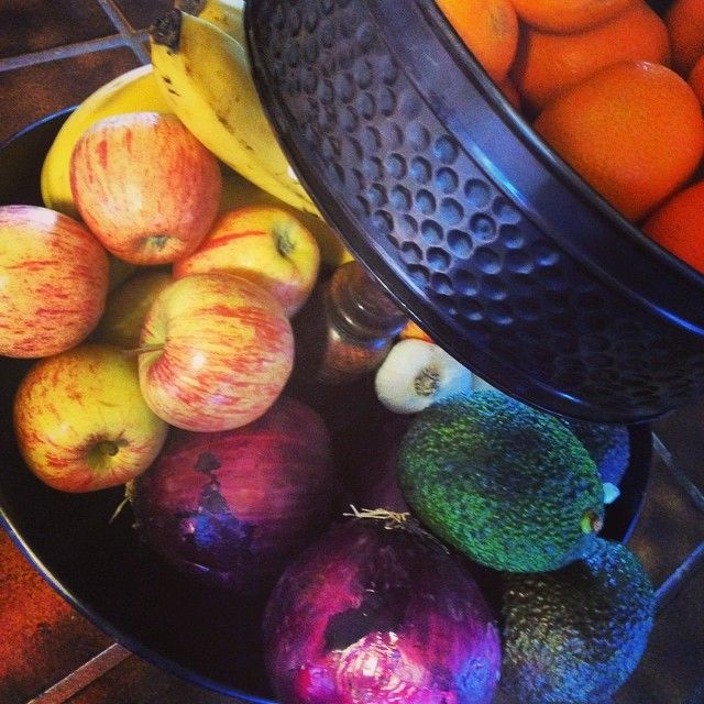The double-decker DIY fruit bowl in action. No tools needed #diy #kitchen #decor #crafts #upcycle