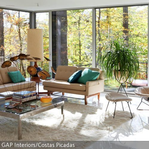 Ein lichtdurchfluteter Raum in Beigetönen Das Sofa gibt es als Zwei - umbau wohnzimmer ideen