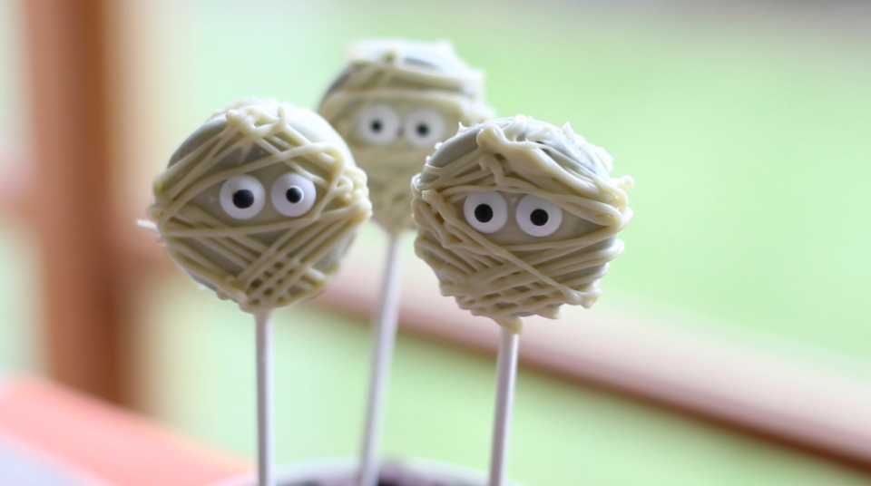 Recipe with video instructions: Looking for a cute and easy Halloween snacks to make this Halloween? Try these cute and simple treats. Ingredients: Oreo cookies, or any sandwich cookie, White...