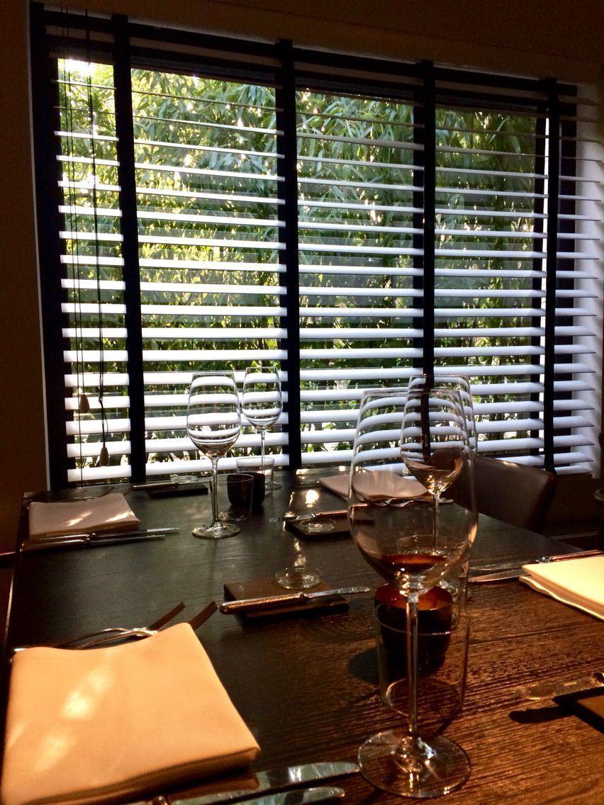 houten lamellen sfeer interieur restaurant wooden blinds decor wwwldesigndecoratiebe verticalblindsrepurpose verticalblindscrownmolding