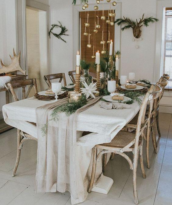 Fabulous Fresh Christmas Table Decor With Golden Hangings Christmas Table Settings Christmas Dining Table Christmas Table Cloth