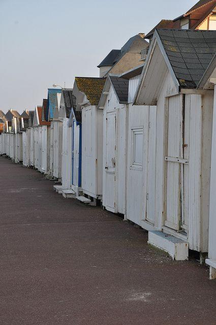 Cabanes En Bois De Luc Sur Mer Cabine De Plage Cabane De Plage Maisons De Plage