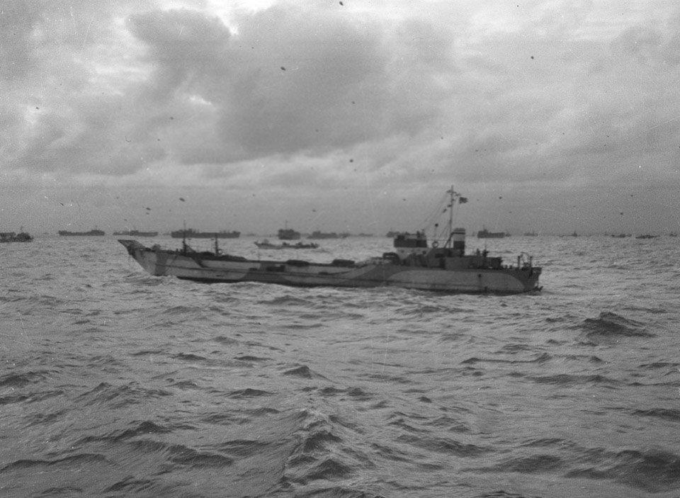 «Une LCT, partie du convoi, en passant par un autre assemblage de la navigation dans le Solent», Juin 1944.   Ce réservoir d'atterrissage de l'artisanat (LCT) était l'un des plus de 5 000 navires et péniches de débarquement qui ont traversé la Manche, les 5-6 Juin 1944. Ce matin, américaines, britanniques et Canadiens ont débarqué sur les plages baptisées Gold, Juno, Sword, Omaha et Utah. Les Alliés remportent surprise et, bien que plusieurs plages témoins des combats sanglants, d'ici la fin…
